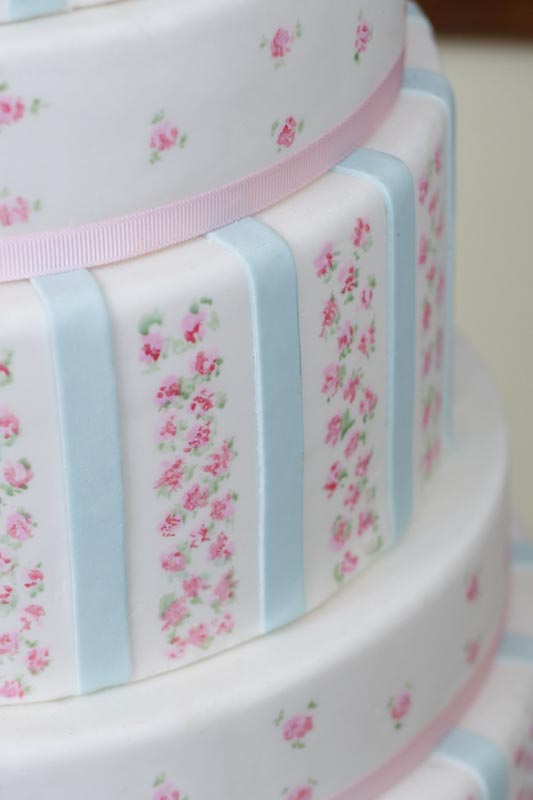 Shabby Chic-wedding-cake-pink-roses-erica-obrien - FrouFrou Le Bleu