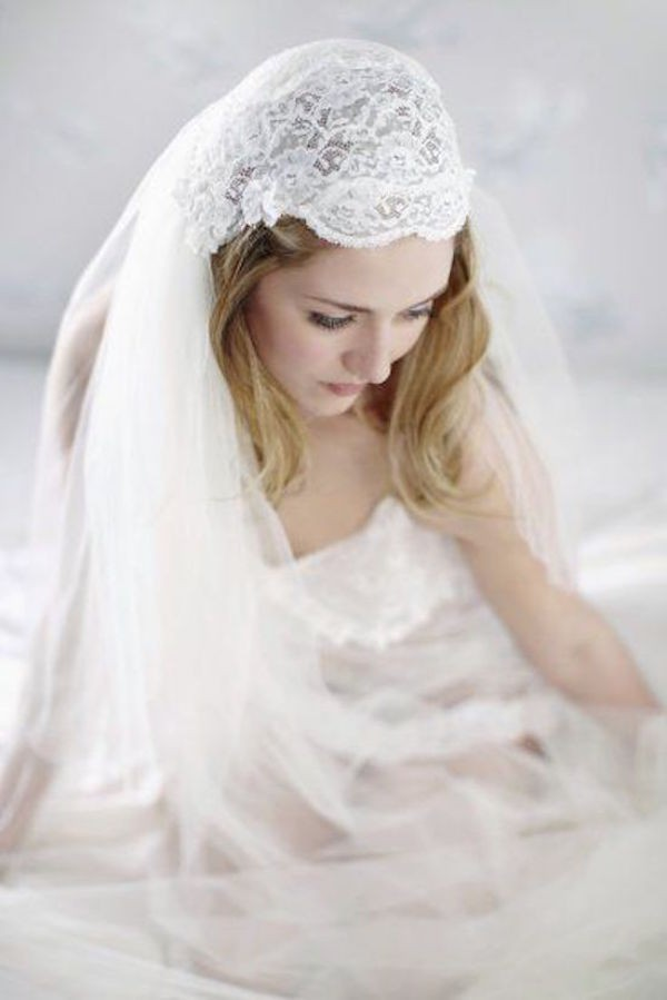 JULIET-CAP-VEIL-VINTAGE-TWO-TIERED-CAP-VEIL-WITH-LACE-VE19N-INWEDDINGDRESS.COM-3