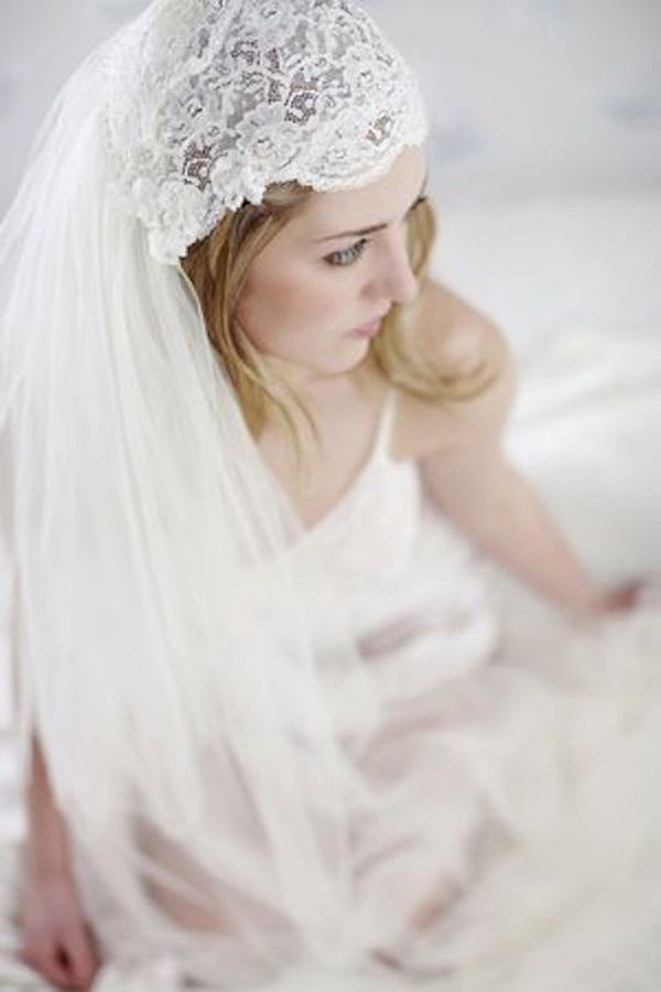 JULIET-CAP-VEIL-VINTAGE-TWO-TIERED-CAP-VEIL-WITH-LACE-VE19N-INWEDDINGDRESS.COM-4