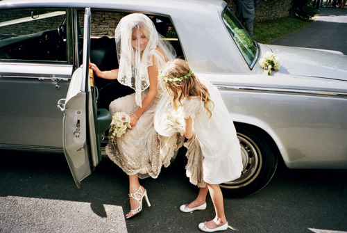 kate-moss-wedding-car-arriving-church